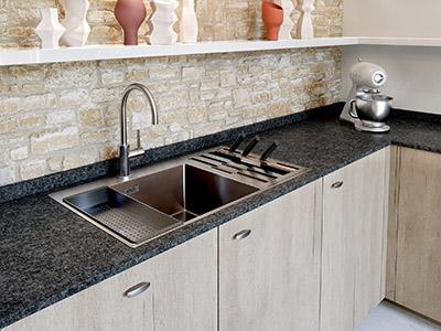 Évier moderne et fonctionnel dans une cuisine en bois réalisé en 3D